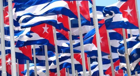 """El """"Monte de las banderas"""" frente a la Embajada de los Estados Unidos, en La Habana. Foto: Cubadebate"""