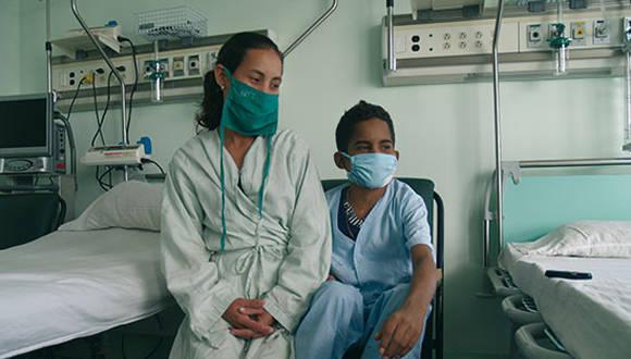 Pedrito y su madre cumplen las medidas sanitarias que les permitirán regresar pronto a su casa.Foto: Aillen Infante Vigil/ Juventud Rebelde.