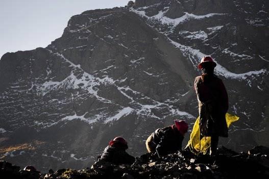 Pallaqueras --mineras de oro--, buscando oro en una carga de roca de desecho en las minas de La Rinconada, Perú, el 4 de agosto de 2012. Foto: Jan Sochor/Getty Images.