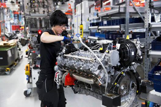 Una ingeniera construye un motor bi-turbo 5.5L V8 M157 en la fábrica de producción de Mercedes-AMG en Affalterbach, Alemania. Foto tomada de The Huffington Post.