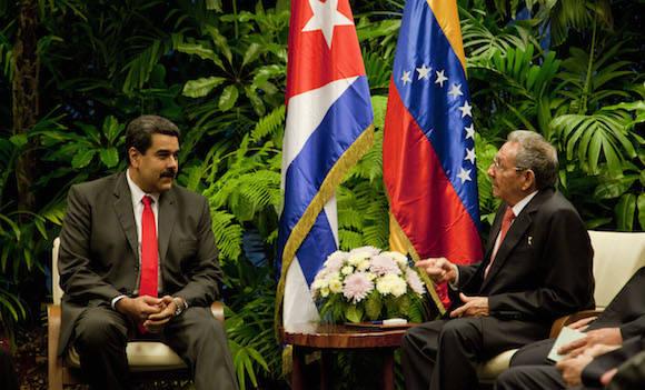 Conversan Maduro y Raúl en el Palacio de la Revolución. Foto: Ismael Francisco/ Cubadebate