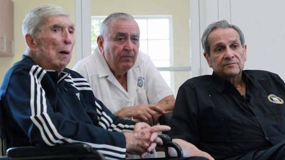 Los brigadistas Luis Posada Carriles (izq.), Esteban Bovo y Félix Ismael Rodríguez, veteranos de la Brigada de Asalto 2506, durante la inauguración del Museo de la Brigada en Hialeah Gardens el sábado. Foto: El Nuevo Herald