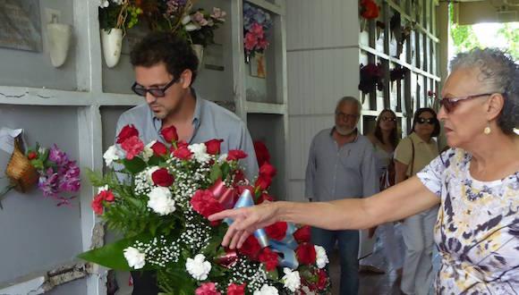 37 años después del asesinato de Carlos Muñiz Varela, su hijo deposita una ofrenda ante la tumba de su padre. Foto: InterNewsService