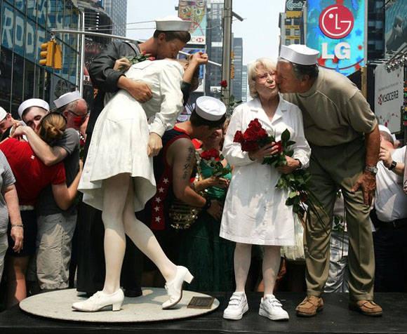 Muchos años más tarde, los anónimos protagonistas regresaron al lugar de los hechos en New York.