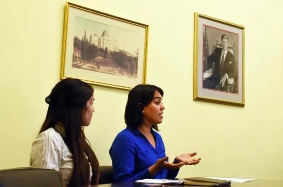 Dra Alicia Steele y Dra Vanessa Avila en una presentación en el Congreso. Foto: Bill Hackwell