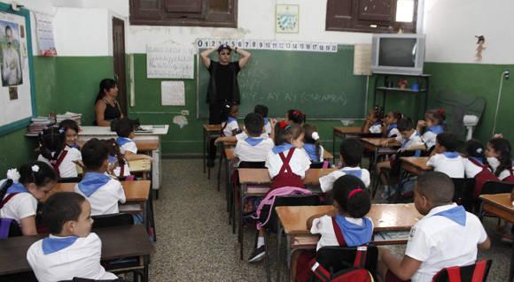 El cantante y actor Jhon Lloyd Young conversa con los estudiantes. Foto. Jennifer Veliz/ Cubadebate.