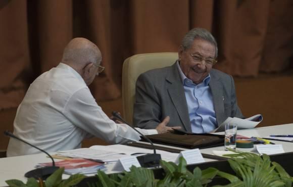 Raúl interviene ante los delegados e invitados al VII Congreso del Partido, en la sesión de la mañana de este lunes. Foto: Ismael Francisco/ Cubadebate
