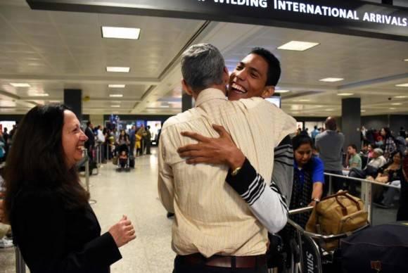 Jorgito Jerez llega al aeropuerto de Dulles 2 horas antes de comenzar su primera presentación. Foto: Bill Hackwell