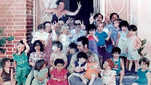 Firmenich, líder de los Montoneros, en el centro con los niños de La Guardería.