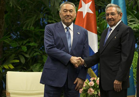 Raul Castro receives President of Kazakhstan