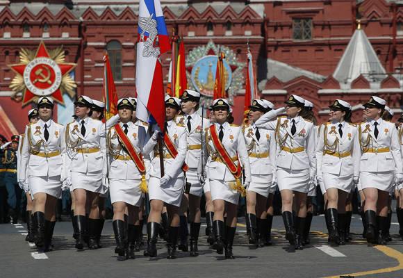 Cadetes de la Academia Militar Femenina Jruliov participan por primera vez en el desfile de la Plaza Roja de Moscú por el 71.º aniversario de la victoria en la Segunda Guerra Mundial. 9 de mayo de 2016. Foto: Reuters