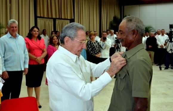 El General de Ejército Raúl Castro Ruz (C), Primer Secretario del Comité Central del Partido Comunista de Cuba (CCPCC) y Presidente de los Consejos de Estado y de Ministros, entrega el Titulo Honorifico Héroe del Trabajo de la República de Cuba, a Juan Santiesteban, , en La Habana, el 1 de mayo de 2016. Foto: Marcelino Vázquez Hernández / ACN