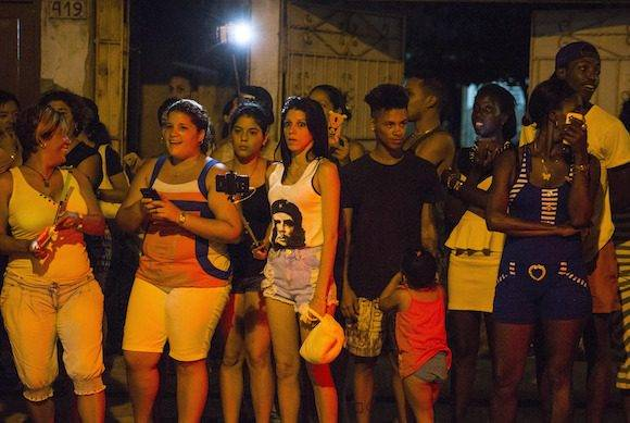 Un público espera por ver a Madonna que llega a restaurante de Centro Habana. Foto: Ramon Espinosa/ AP