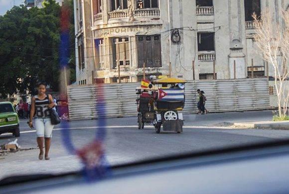 Es usual ver bici-taxis con banderas cubanas y/o extranjeras. Foto: L. Eduardo Domínguez/ Cubadebate.