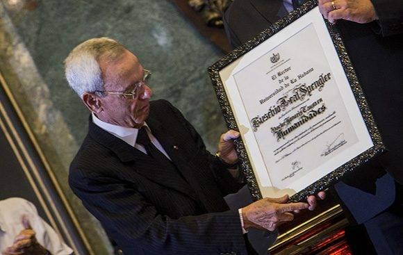 Eusebio Leal recibió el título de Doctor Honoris Causa de la Universidad de La Habana. Foto: Ismael Francisco/ Cubadebate.
