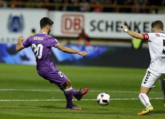 El remate de Asensio para hacer el 0-2 en León. Foto: José A. García/ MARCA.