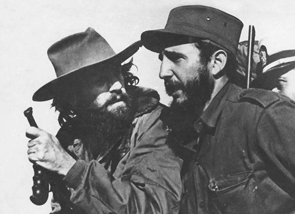 De izquierda a derecha, sentados, Marcelo Fernández y Fidel Castro, detrás Ignacio Leal, Ciro Redondo y Camilo Cienfuegos en El Hombrito, Sierra Maestra, en 1957. Fuente: Oficina de Asuntos Históricos / Sitio Fidel Soldado de las Ideas.