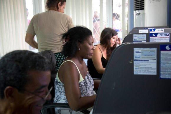 Las salas de navegación son unas de las variantes implementadas en Cuba para conectarse a Internet. Foto tomada de Posta.