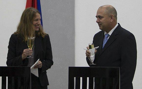 Posterior a la firma hubo un brindis de celebración. Foto: Ladyrene Pérez7 Cubadebate.