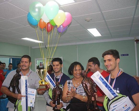 """Miriam Nicado, rectora de la UCI, premia al equipo ganador, """"UH++"""". Foto: José Raúl Concepción/ Cubadebate."""