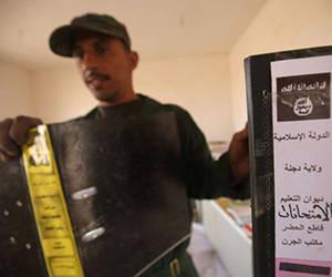 Un soldado iraquí, con documentos del IS encontrados en Abu Shuwayhah. Foto: Ahmad Al-Rubaye/AFP.