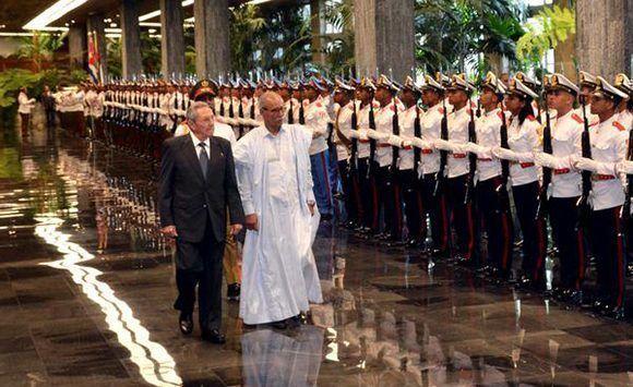 El General de Ejército Raúl Castro Ruz (C izq.), Presidente de los Consejos de Estado y de Ministros, recibe a Brahim Ghali (C der.), presidente de la República Árabe Saharaui Democrática (RASD),  en ceremonia oficial en el Palacio de la Revolución, en La Habana, Cuba, e el 26 de mayo de 2017. Foto: ACN/ Marcelino Vázquez.