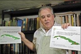 Elizardo Sánchez muestra gráficos sobre las cárceles en la Isla. (AFP)