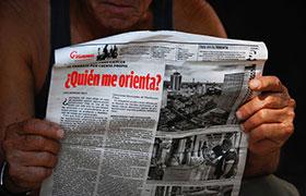 Leyendo el diario Granma