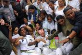 Represión contra las Damas de Blanco en esta foto de archivo