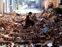 Residentes buscan entre los escombros y llevan a cabo labores de limpieza tras el paso del huracán Sandy por la zona oriental de Cuba