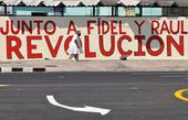 Cartel revolucionario en una calle cubana, en esta foto de archivo