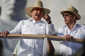 El presidente cubano Raúl Castro junto a José Ramón Machado Ventura. Foto AP