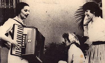 Alicia Alonso, tocando el acordeón, y Tamara Bunke a la derecha. La persona que está en el centro no ha podido ser identificada
