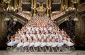 Las estrellas, primeros bailarines, el cuerpo de baile del Ballet de la Ópera de París, y los alumnos de la escuela de danza de la Ópera de París, en la gran escalera de la Ópera Garnier (foto: Agathe Poupeney/Ópera Nacional de Paris)
