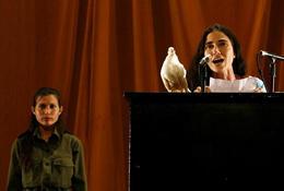 La bloguera Yoani Sánchez en el performance de Tania Bruguera, Centro Wifredo Lam. (REUTERS)