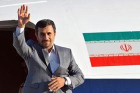 El presidente de Irán, Mahmud Ahmadineyad, se despide el jueves 12 de enero de 2012, en el aeropuerto José Martí de La Habana, al concluir una visita de un día a la Isla