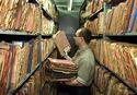 Un empleado de lo que es hoy el archivo de la Stasi