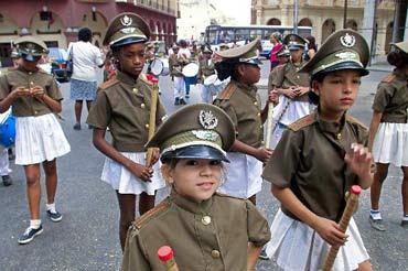 Niñas cubanas vestidas de militares participan en un desfile