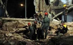 Bomberos buscan cuerpo en derrumbe