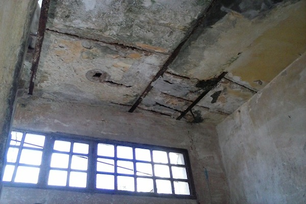 El techo agrietado, las vigas corroiLas vidas qudas por el salitre