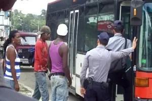 Policías e inspectores multan sobre ómnibus_foto de Yunier López