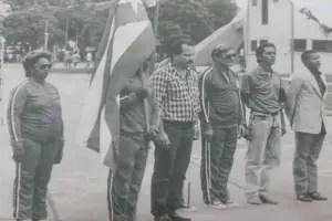 En la esquina izquierda, Pablo Frómetas, mientras abanderaban la delegación cubana para partir rumbo a Maracaibo (Venezuela) 1989, su primer evento internacional.