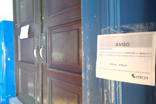 Los carteles de fumigación cierran los establecimientos con frecuencia