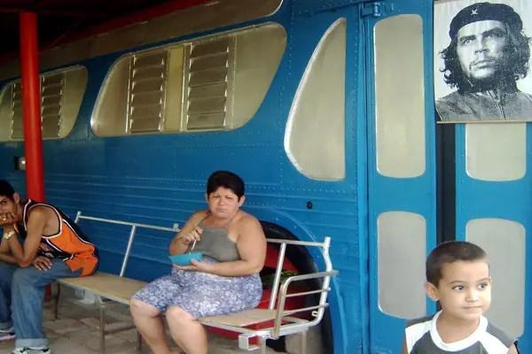 Cabaña improvisada con restos de ómnibus en Mariel