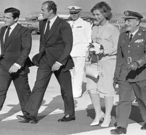 El Rey Juan Carlos y la Reina Sofía, son recibidos en el aeropuerto de Barajas por el Primer MInistro Adolfo Suarez, el 24 de junio de 1979