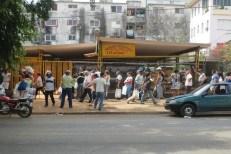 Cola para comprar papa en el Mercado Agropecuario Tulipán y Bellavista (foto del autor)