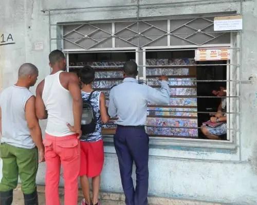 Hoy es un negocio legal, mañana pudiera ser penalizado. Un policía observa las ofertas (foto del autor)