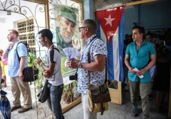 """El coro de homosexuales estadounidense """"The Gay Men's Chorus of Washington"""" llega a un centro cultural de La Habana (foto de AFP)"""