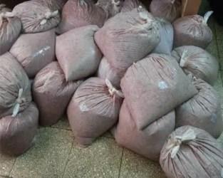 Bolsas de picadilllo de soya en el piso llenas de moscas (foto del autor)