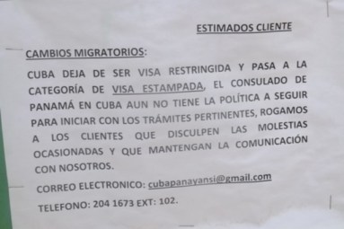 Cartel con indicaciones fuera del consulado (foto del autor)